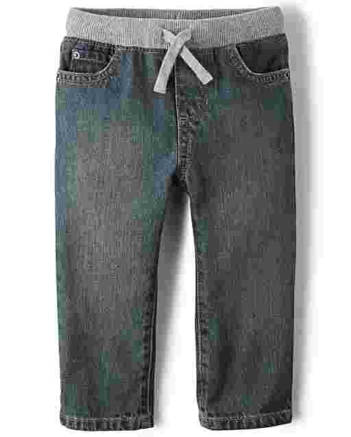 Los bebés y los niños pequeños se ponen jeans rectos