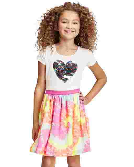 Vestido de niña de punto a tejido con estampado tie dye con estampado de corazón y lentejuelas con solapa de manga corta