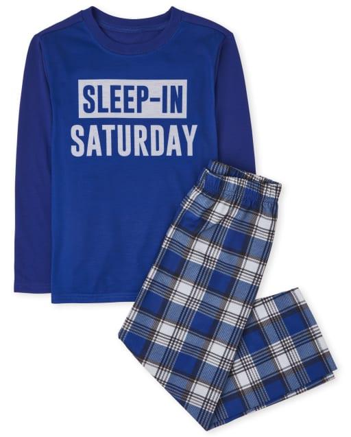 Los niños duermen en pijamas de sábado